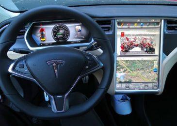 Китайские пользователи смогут играть в покер, используя приборную панель автомобилей Tesla